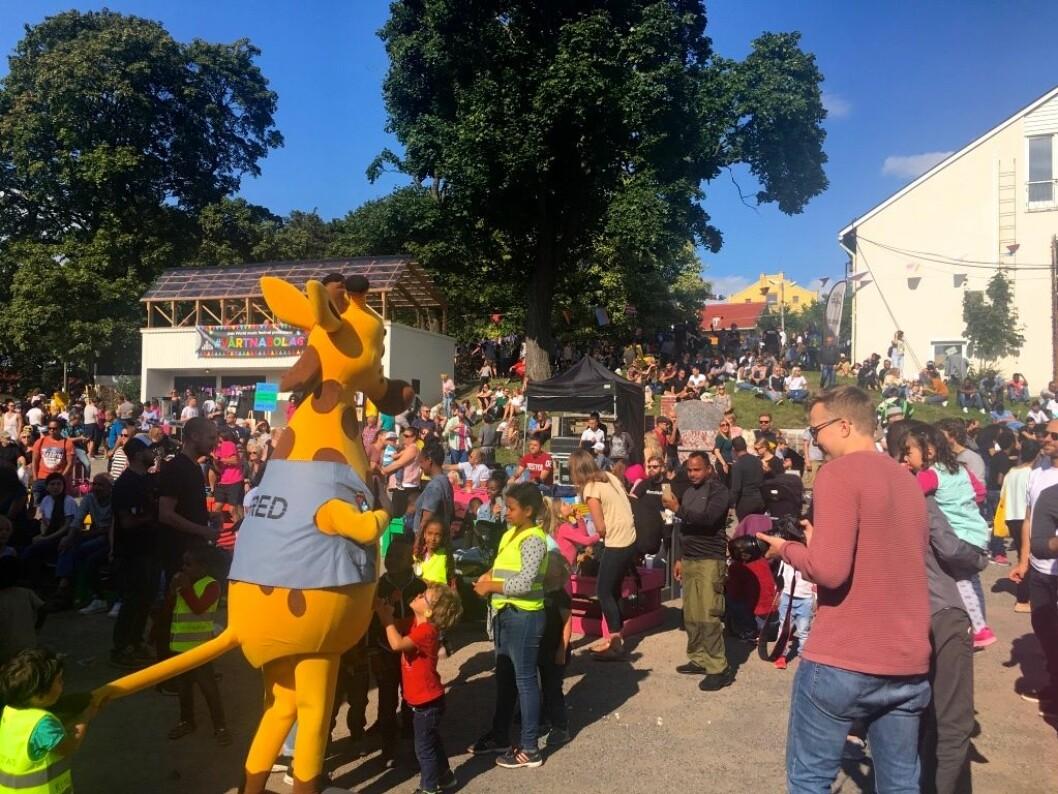 Voksne og barn koser seg på nabolagsfestival på Torshov. Foto: Live Drønen