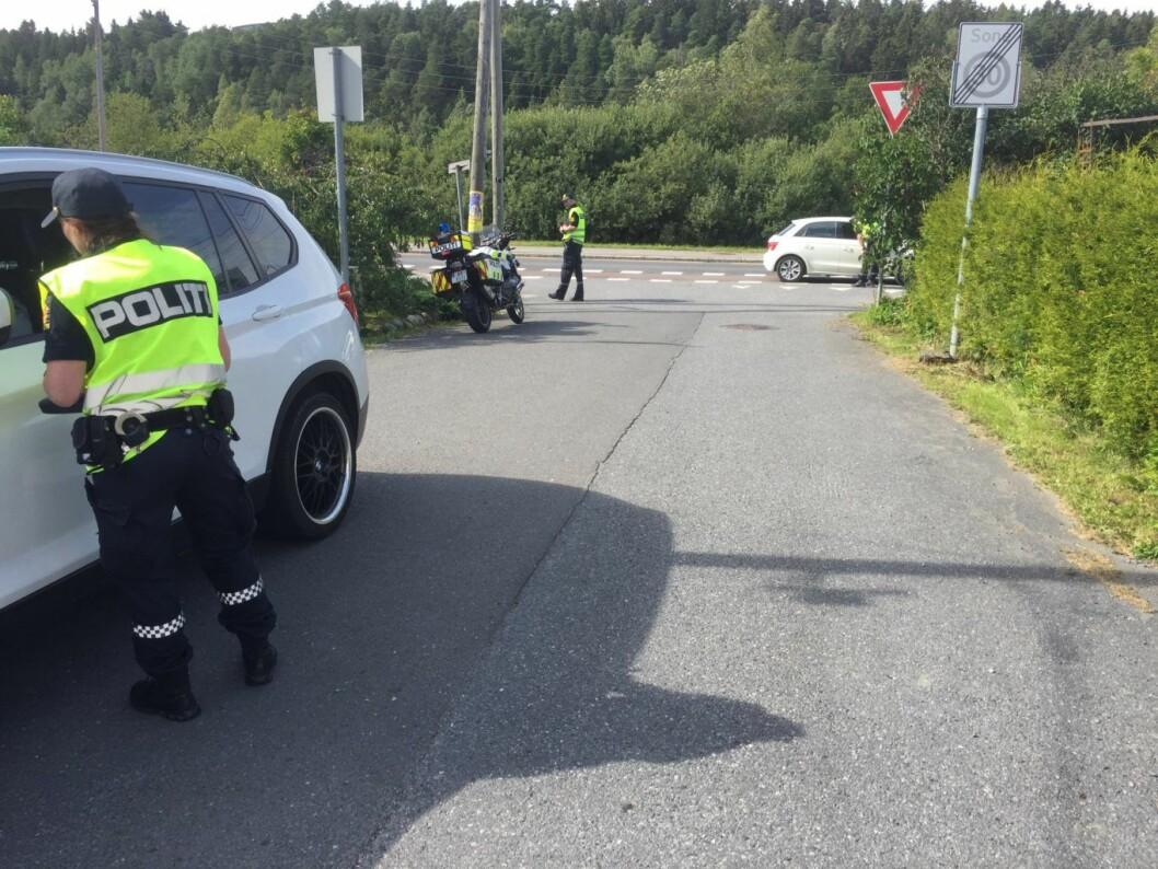 Politiet gjennomfører en kontroll utenfor Østensjø skole i forbindelse med årets Aksjon Skolestart. Foto: Politiet