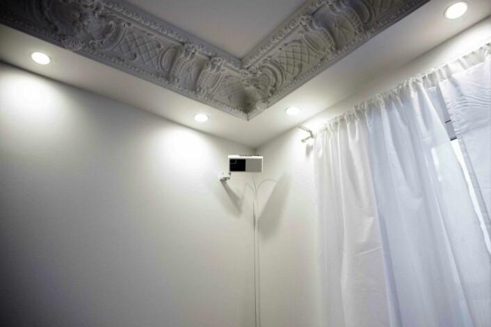 Kameraer i leiligheter og oppganger fanger opp hvor folk er. Ansatte kan se omriss på skjermene sine og går kun inn i leilighetene hvis noen trenger hjelp. Foto: Kikkut kommunikasjon