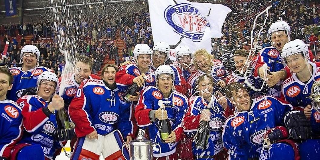 Fra Vålerengas feiring som seriemestere i  2014. Etter 7-1 mot Stavanger Oilers hjemme på Jordal. Foto: Anders Grydeland