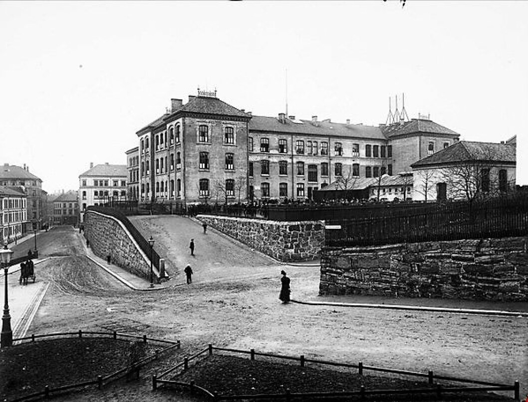 Ruseløkka skole ble bygget i 1871 og er uegnet til moderne undervisvning, mener skribenten. Foto: Oslo Museum / ukjent fotograf
