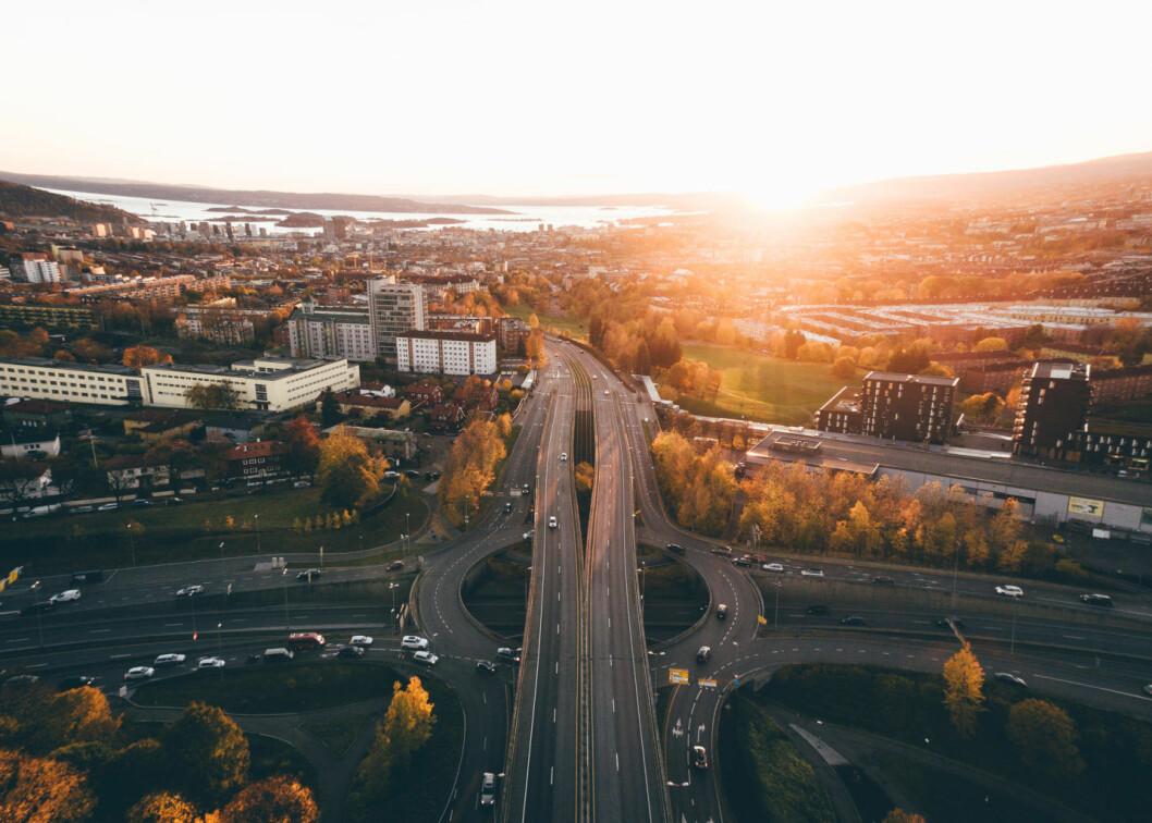 Ikke bare naturen som er vaker i Oslo, men solnedgangen og. Her med Sinsenkrysset i forgrunnen. Foto: Petter Dulsrud