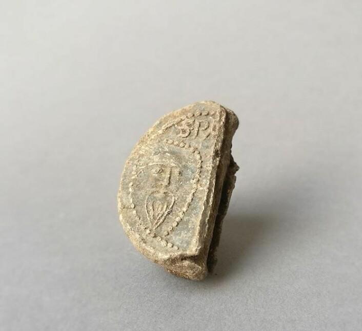 Sjelden pavebulle med segl. Foto: Norsk institutt for kulturminneforskning