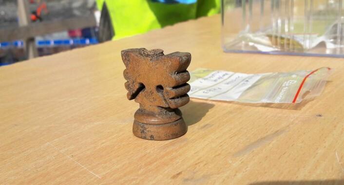 Spillbrikke eller stemmeskrue. Denne gjenstanden har blitt funnet der en tenker seg at det har vært et vertshus. Foto: Anders Høilund