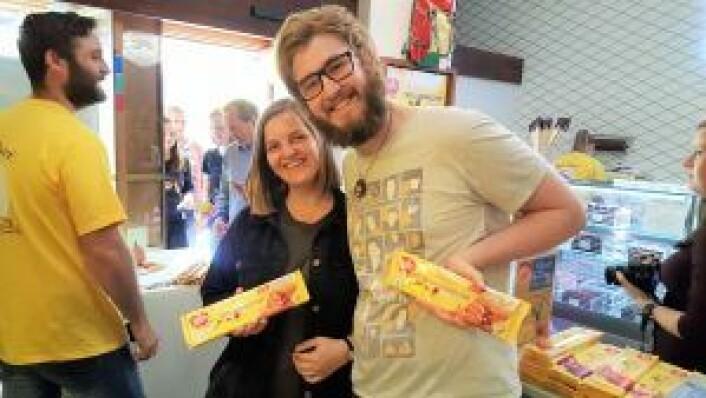 Nanna Grimstad og Henrik Bøe fra Grünerløkka med en signert Walters Karamell hver. De skal de spise - etter å ha tatt mange, mange bilder av pakken med signatur. Foto: Tarjei Kidd Olsen
