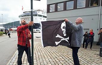 Havnearbeiderne heiser sjørøverflagget i Oslo havn. Byrådet lover ordnede forhold