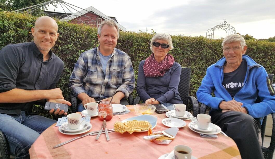 Fra venstre: Martin Ellingsen, styreleder i Lindøya vel, Lars Askholt, og ekteparet Marit og Arne-Erik Ellingsen, i hagen til Ellingsen-hytta på Lindøya. Plan og bygg vil tvangsflytte hytta deres. Foto: Tarjei Kidd Olsen