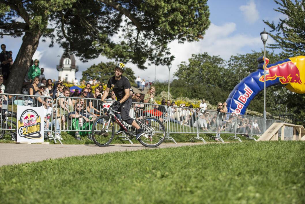 Edwin Kronstad sladder for publikum på St. Hanshaugen. Foto: Tomasz Majewski / Red Bull Content Pool