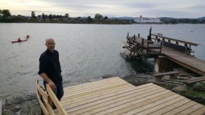 Martin Ellingsen står på en av de nyeste strukturene som hyttefolket har bygget til badefans på Kjøkkenodden. Foto: Tarjei Kidd Olsen