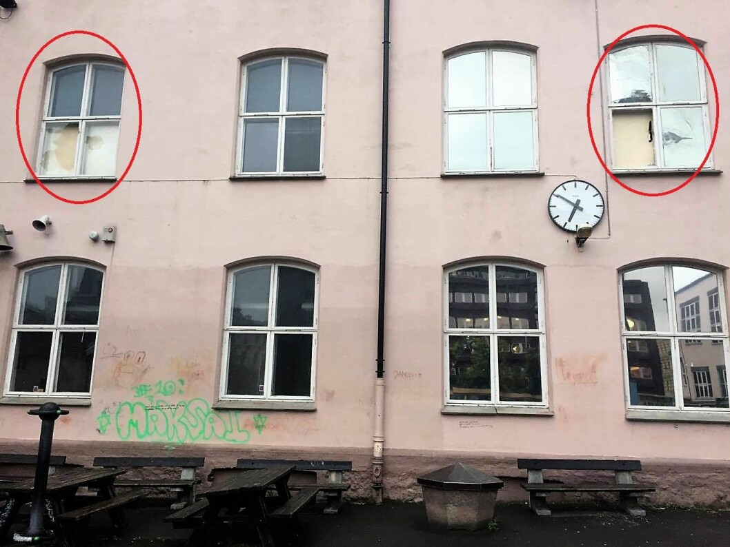 Flere ruter er knust på Ruseløkka skole under politiøvelsen der. Foto: Per Stavgar