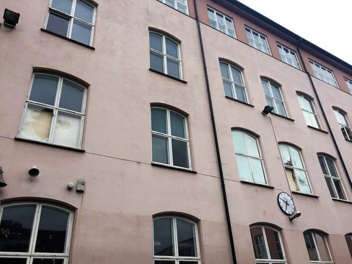 Naboer reagerer sterkt på de knuste rutene på Ruseløkka skole. Foto: Per Stavgar