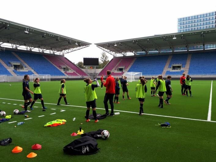 Damelaget til Vålerenga har funnet seg godt til rette på den nye stadion. Lørdag spiller de åpningskamp mot Kolbotn. Foto: Christian Boger