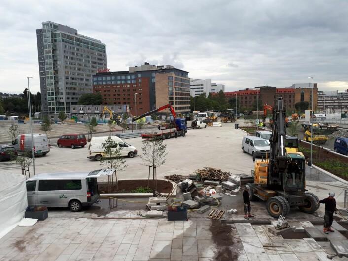 Torsdag så torget utenfor stadion fortsatt ut som en byggeplass. Lørdag og søndag blir det et yrende supporterliv her. Foto: Christian Boger
