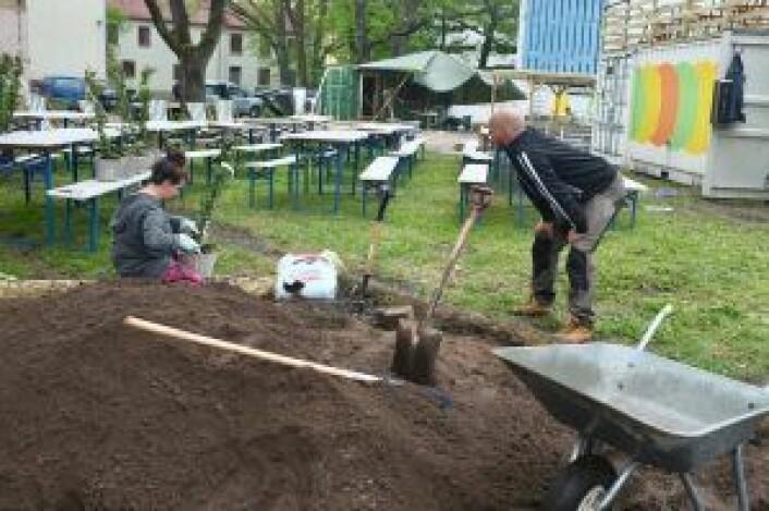 To ansatte, Dona Johannesen og Stian Wasrud, på dugnad. Foto: Privat