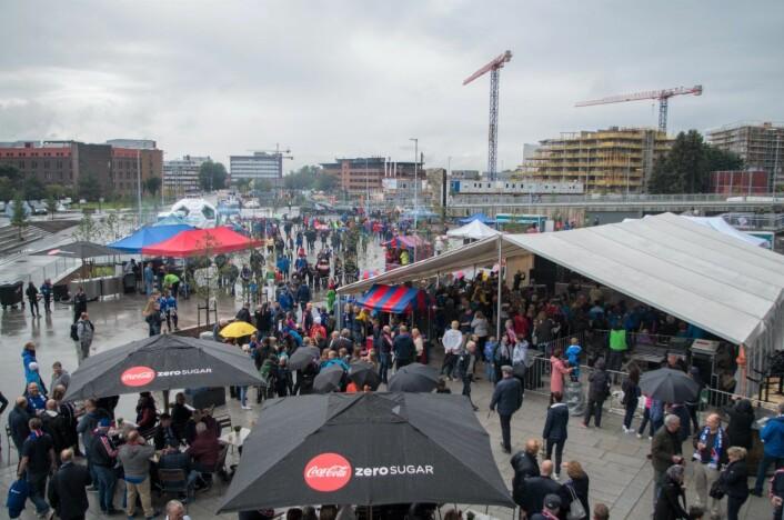 Gråvær og regn til tross. Åpningskampen på nye Vålerenga stadion ble en folkefest. Foto: Kyrre Songstad Seim