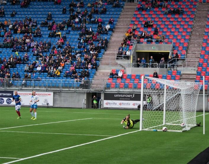 Vålerengas Stephanie Vrerdoia har akkurat skåret historiens første mål på Vålerengas nye stadion. Foto: Kyrre Songstad Seim