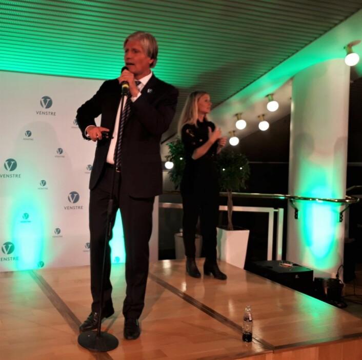 2, kandidat for Oslo Venstre, Ola Elvestuen, sprer det gode budskap om at partiet er over sperregrensa på valgvaken mandag kveld. Foto: Christian Boger