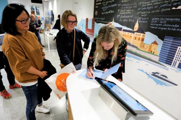 Hanna signerer Oslove. Foto: Didrick Stenersen/VisitOSLO