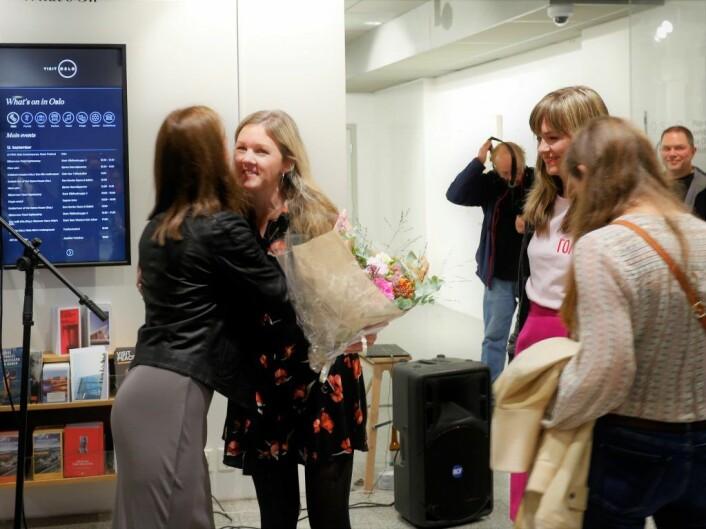 "Hanna får blomster på lanseringen av ""Oslove"". Foto: Didrick Stenersen/VisitOSLO"
