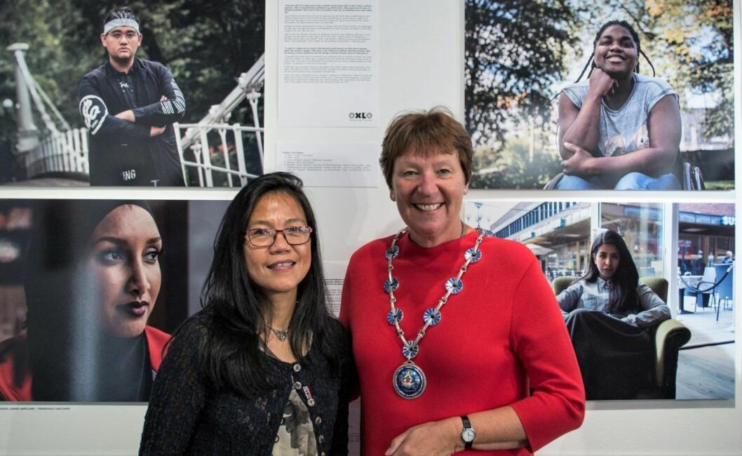 Leder for enhet for mangfold og integrering, Rowena B. Teodocio og ordfører Marianne Borgen er svært fornøyde med utstillingen Oxlo Champions. Foto: Kyrre Songstad Seim