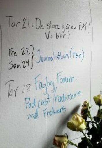 I går forsvant NRK og flere andre radiostasjoner fra FM. Men radiOrakel blir. Det står skrevet på veggen der inne. Foto: Anders Høilund