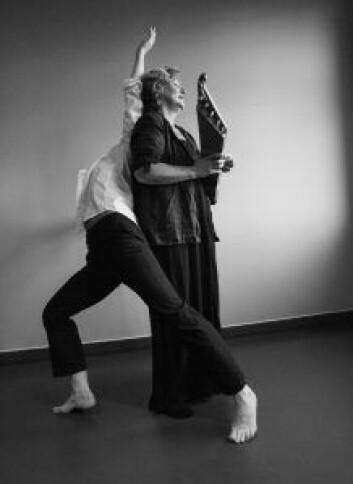 Steffi Lund og Gro Siri Ognøy Johansen, fremfører sang og dans under Eufemiadagene. Foto: Kristin Linnea Backe