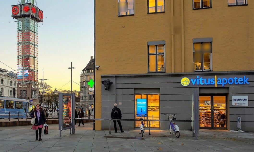 Det var ved apoteket utenfor Oslo S at den rumenske tiggeren ble angrepet av en hvit, norsk mann. Foto: archive.is