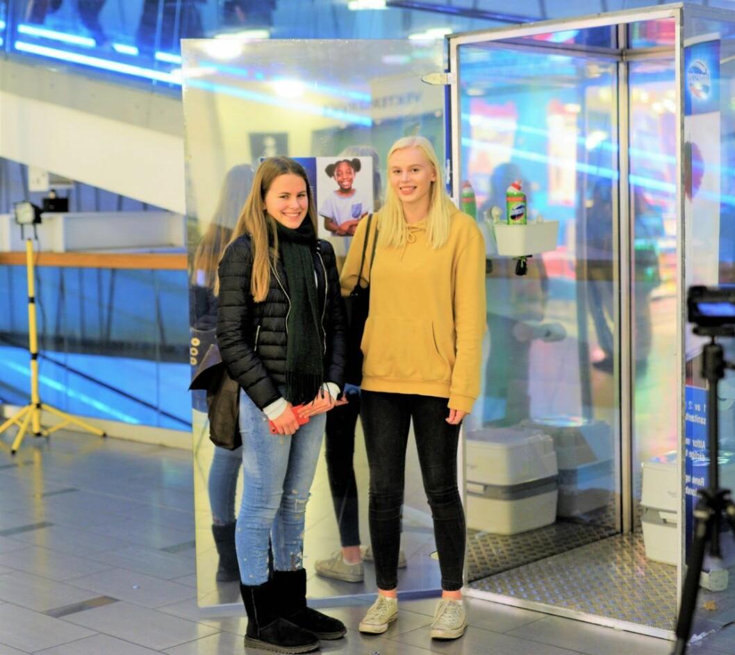 Maria Tveite og Karoline Grøvdal tester ut hvordan det føles å gå på et bokstavelig talt offentlig toalett. Foto: Domestos