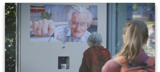 Reklamekampanje for frivillig arbeid tester nestekjærligheten i et busskur i Oslo