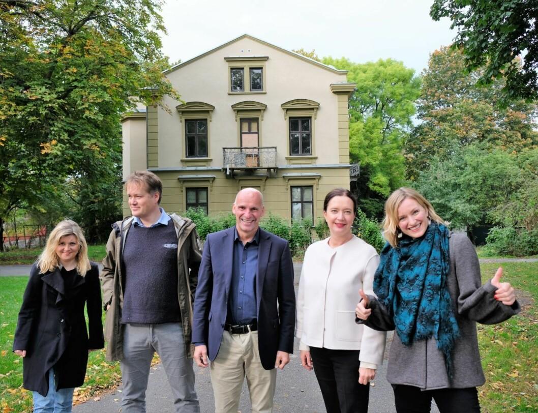 Samstemte: (f.v.) Margrethe Gustavsen (SV) i bydelsutvalget (BU) på St. Hanshaugen, BU-politiker Gudmund Brede (Ap), næringsbyråd Geir Lippestad (Ap), BU-leder Anne Christine Kroepelien (H), og helsebyråd Inga Marte Thorkildsen er skjønt enige om at presteboligen (bak) bør settes i stand til ungdomshus. Foto: Kyrre Seim