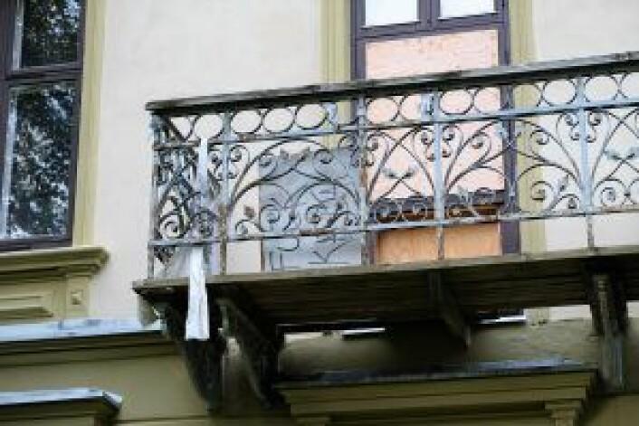 """Presteboligen har stått tom og fortalt i åtte år, og det synes. Her skimtes også et skilt på balkongen hvor det står """"fuck kapital"""", muligens en etterlevning etter<a href=""""https://radikalportal.no/2015/05/27/naboer-reagerer-pa-utkastelse-av-husokkupanter/"""" target=""""_blank"""" rel=""""noopener""""> boligaktivisters okkupasjon av huset i 2015</a>. Foto: Kyrre Seim"""