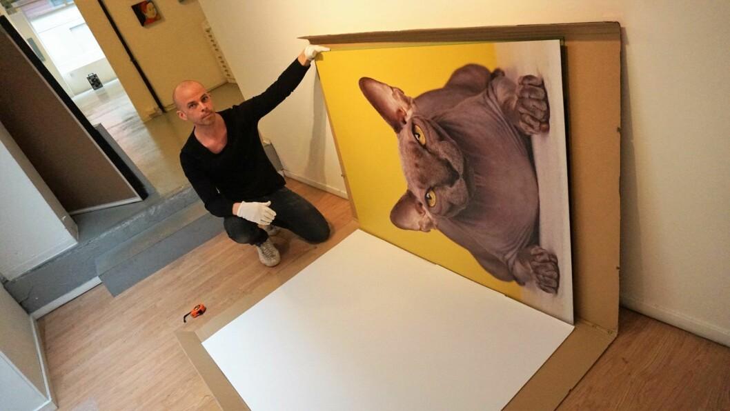 Fashion-fotograf Dag Knudsen ser gjennom bildene sine. Foto: Nesteren Hasani