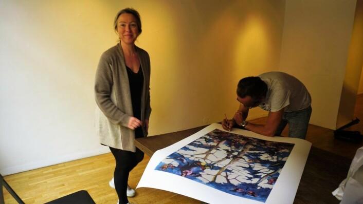 – Folk skal ikke behøve å kunne noe for å gå inn i et galleri, mener gallerieier Elisabeth Ramfjord. Foto: Nesteren Hasani
