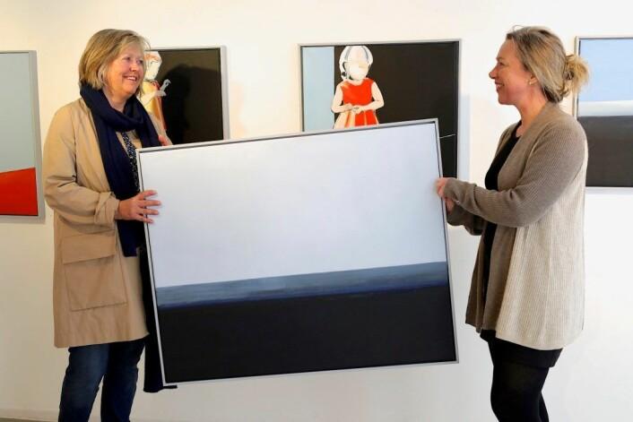 Kunstner Ragnhild Slåen og Elisabeth Ramfjord gjør klar utstillingen. Foto: Anders Haugum