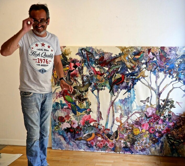 Maler Luis Bivar foran selvmalt bilde. Foto: Anders Haugum