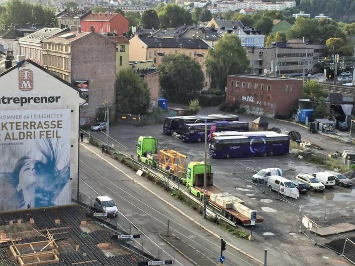 Her, på busstomta i Schweigaardsgate, kan det komme ny midlertidig sentrum brannstasjon. Foto: Vegard Velle
