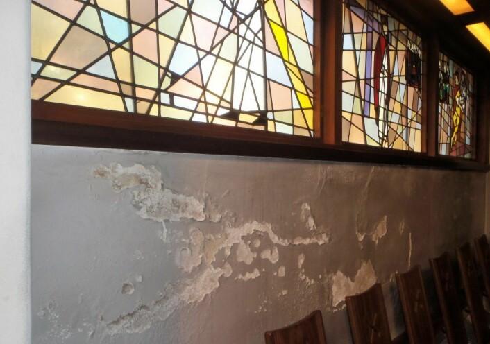 Murpussen skaller av inne i kirkerommet. Foto: Anders Høilund