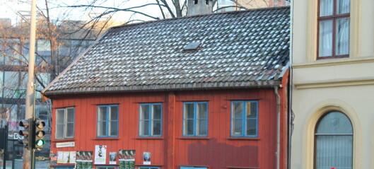 I årevis har kommunen latt det lille røde huset i Grønlandsleiret 28 råtne bort. Men nå kan det bli reddet