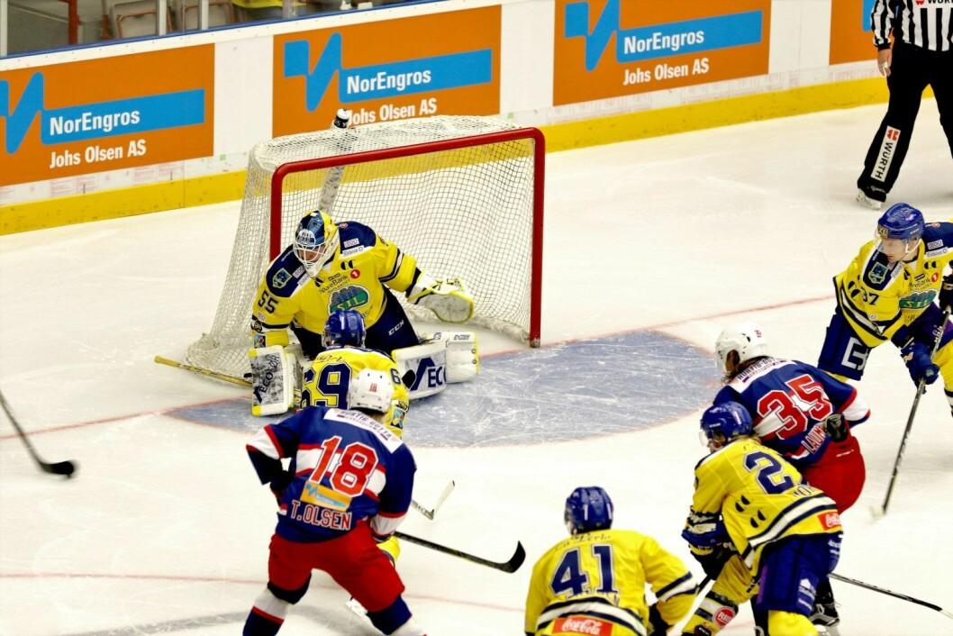 Vif hockey på en sjelden snarvisitt foran Storhamar-målet. Foto: Atle Enersen
