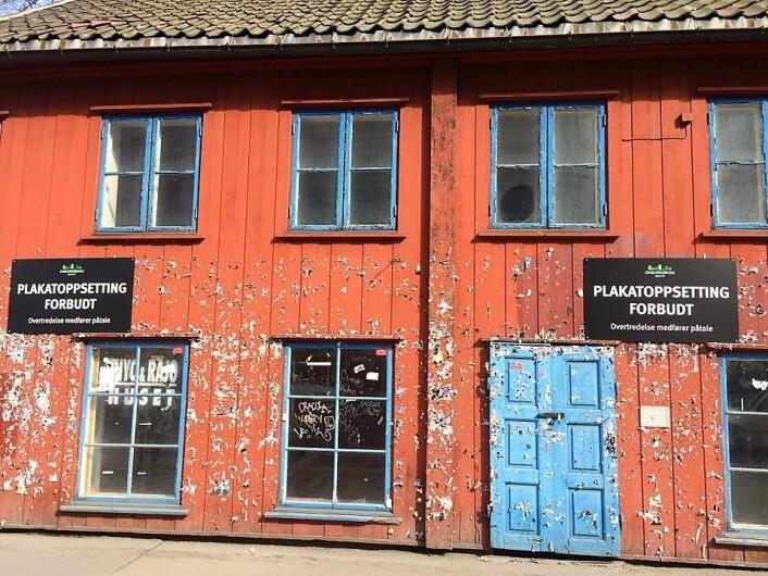 Kommunen har latt Grønlandsleiret 28 råtne bort. Men forbudskilt mot plakater har kommunen greid å sette opp. Foto: Trine Lynggard