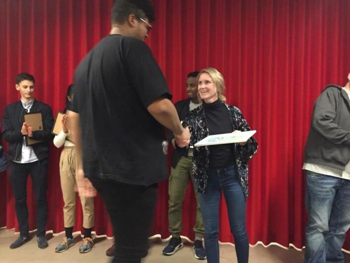 Line Oma deler ut diplom til Stian jensen. Foto: Sindre Andresen