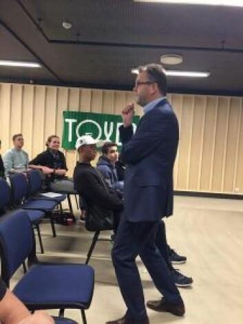 Bydelsdirektør Tore Olsen Pran taler til ungdommen. Foto: Sindre Andresen