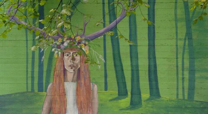 Den rødhårede kvinnen med gevir i eventyrskogen i Bjerregaardsgate. Foto: Merethe Ruud