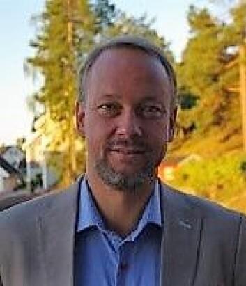 Bjarte Grostøl, fra Norsk Metallgjenvinning, tror nordmenn ikke helt vet hvordan de skal kildesortere stekeformer. Foto: Privat