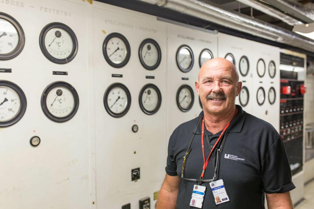 Rolf Kittilsen foran en liten del av ventilasjonsanleggets kontrolltavle. Foto: Stig Jensen