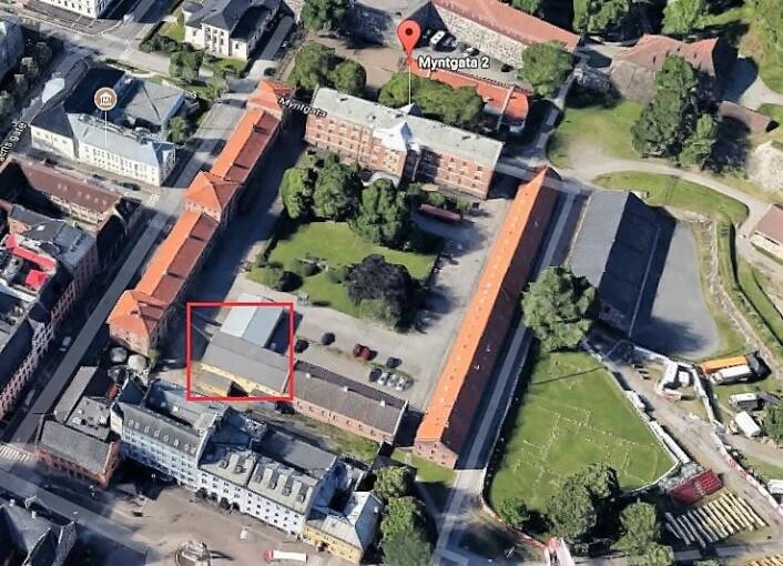 Myntgata-kvartalet: Det største bygget, kalt Kavalerikasernen vurderes brukt som videregående skole eller hotell. I langbygget til høyre holder Oslo Kunstakademi til. I enden ligger den gule «tyskerbrakka» markert med rød firkant. Dette bygget er ikke er vernet og skal rives. Foto: Google maps