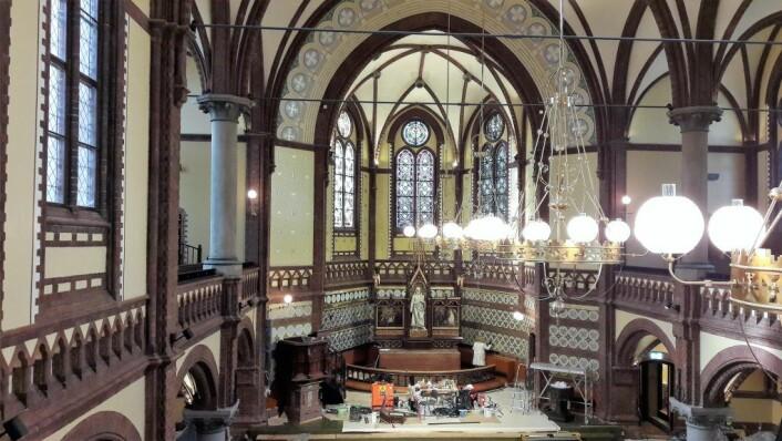 Paulus kirke innvendig med de nye lysekronene. Foto: Anders Høilund