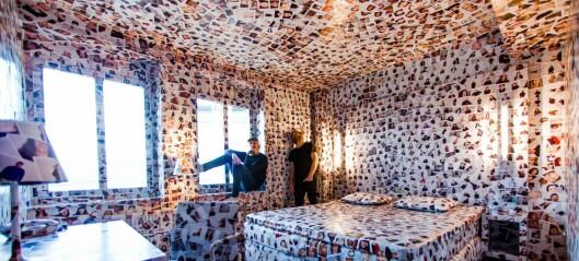 To Oslo-kunstnere har dekket et hotellrom med 810 portretter av mennesker i hovedstaden