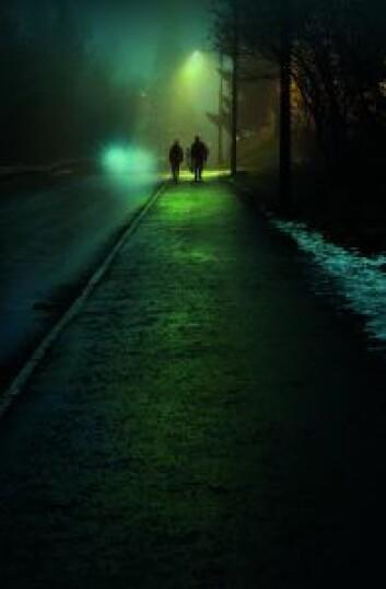 Fotgjengere i mørket. Foto: Trygg Trafikk