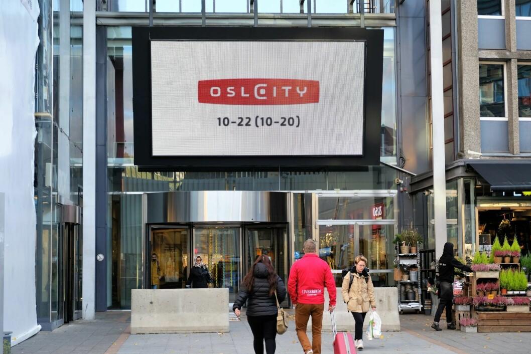 Oslo City har satt opp store betongblokker som terrorsikringstiltak foran hovedinngangen. Foto: Christian Boger